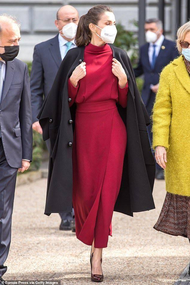 原创             白发皱纹算什么,西班牙王后红色着装轻松露腿,自带女王强悍气场
