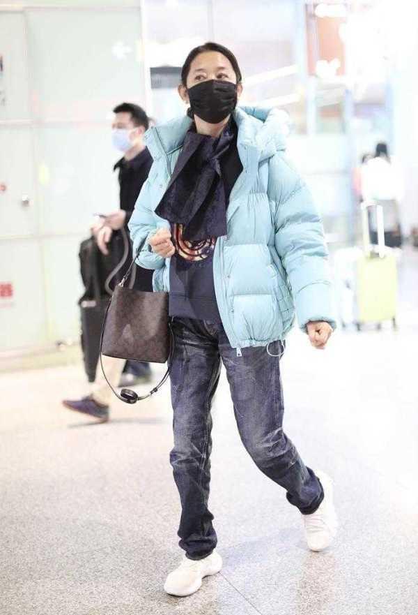 61岁倪萍瘦了太洋气,穿蓝色羽绒服配牛仔裤好时髦,年轻20岁