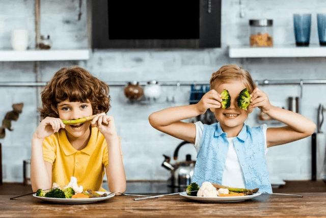 新年很容易让人发胖 父母要带着孩子正确减肥