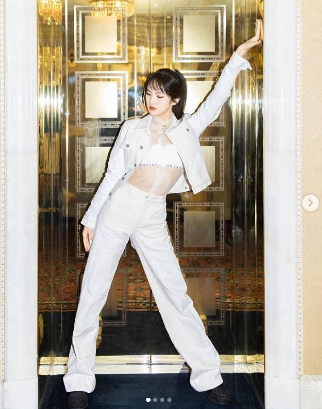 姚安娜出道首个代言!穿蓝色纱裙秀芭蕾舞技,舞姿敷衍没技术含量