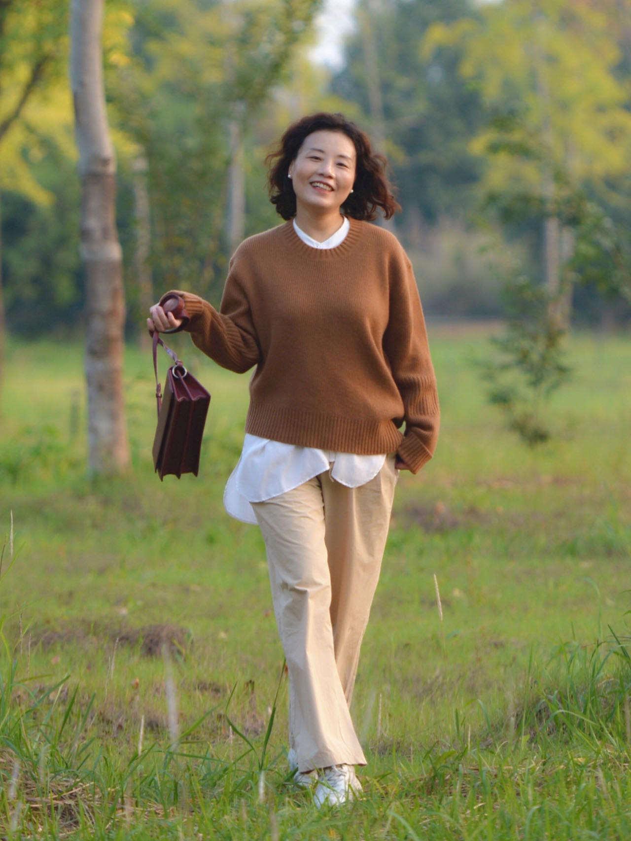 年过50岁的女性,穿运动鞋少配修身裤,运动鞋+阔腿裤,休闲时髦