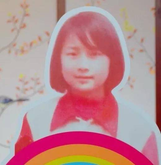《你好,李焕英》主演童年照:贾玲气质温婉,张小斐认不出  第1张