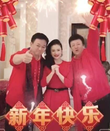 谭梅晒新年视频,穿红裙身材苗条气质好,相比朱军气色憔悴!