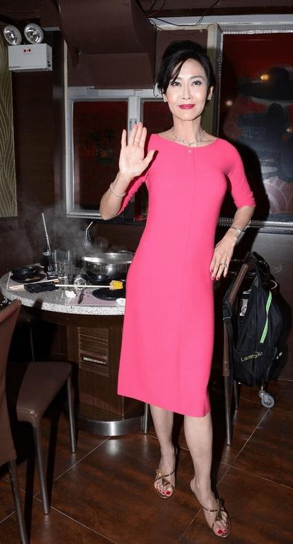 """原创             叶玉卿真是时光尤物,一袭裸色蕾丝裙,53岁还有""""芭比曲线"""""""