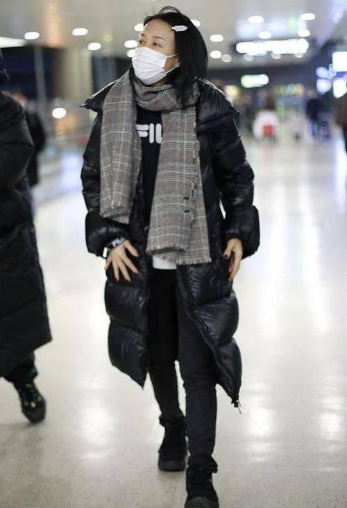 原创             那英素颜走机场,蜡黄干瘪老得真实,穿的时髦腿却短了一半!