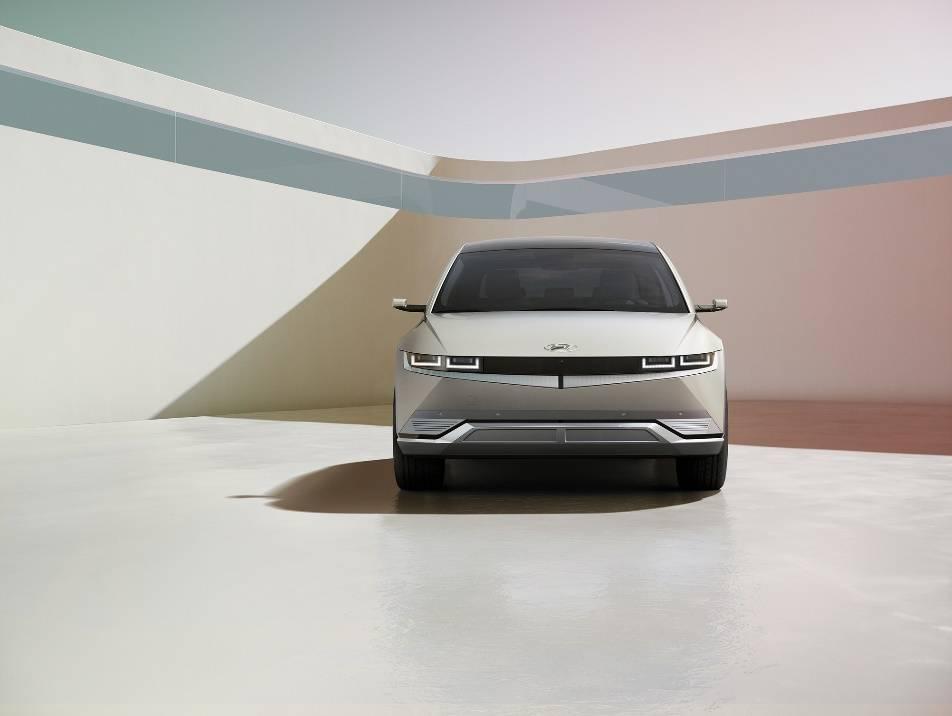 现代汽车爱奥尼亚5是世界上第一个轴距为3000毫米/电池续航时间高达600公里的车展