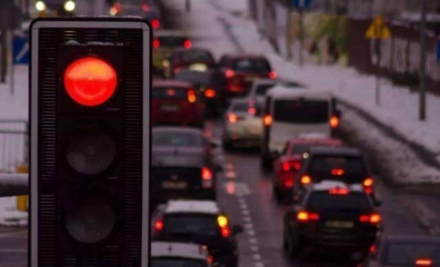 """""""闯黄灯""""失败!直接开车还是停车?交警给出了明确的解释"""