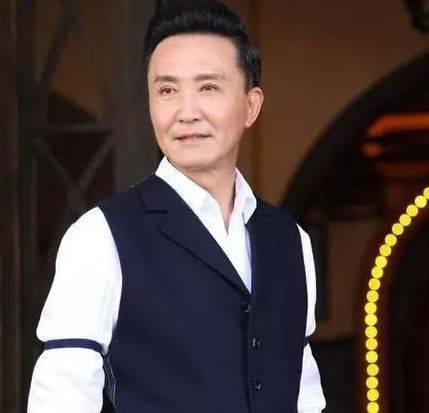 他是国家一级演员。10岁上央视,47岁获得金鸡奖影帝。现在他像以前一样爱他的妻子