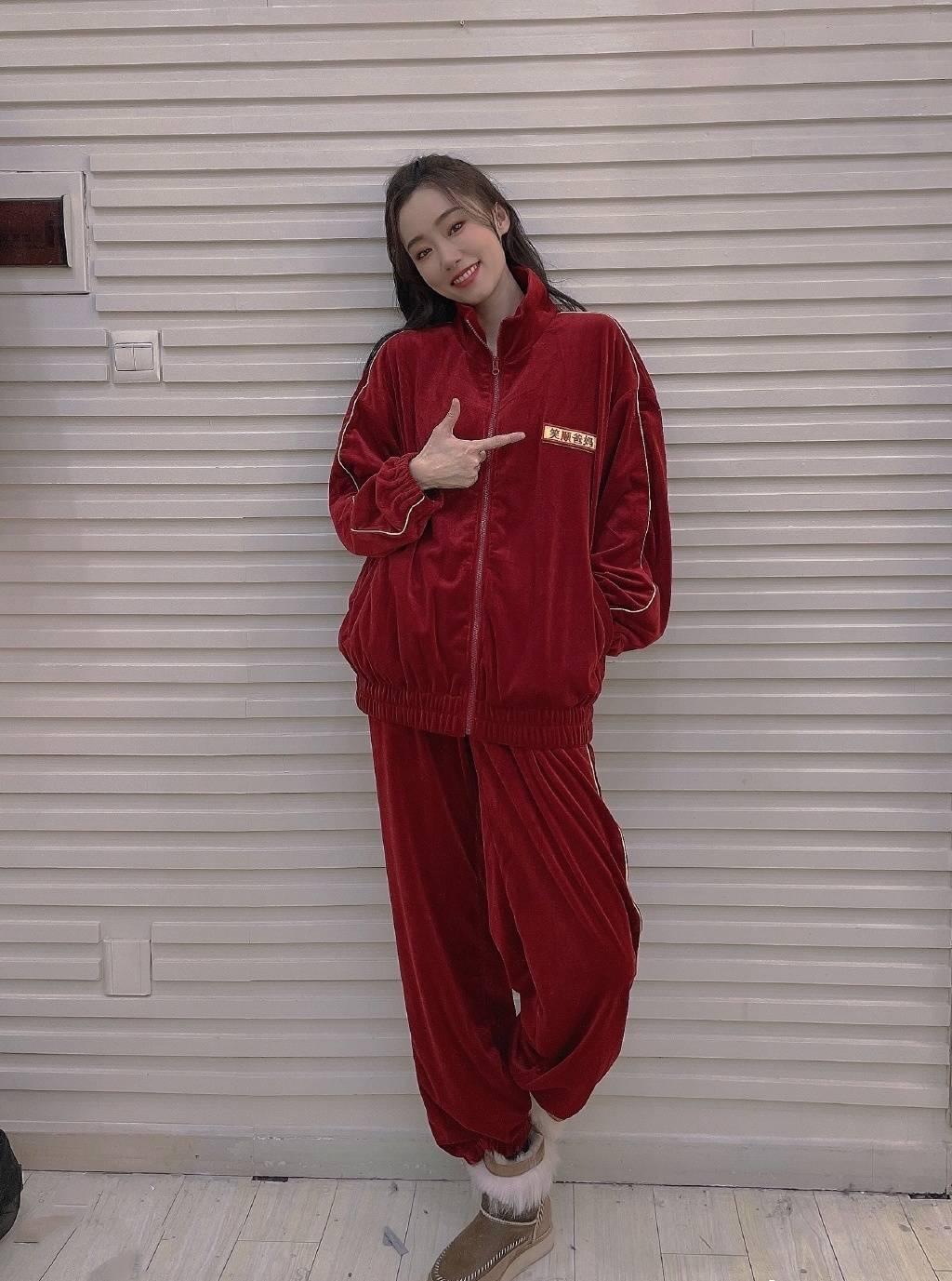 35岁张小斐爆红背后,穿着也从Zara到Prada一路飙升!
