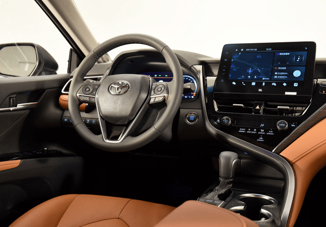 最初凯美瑞中期重新设计的双屏混合动力车型的入门门槛降低了20,000
