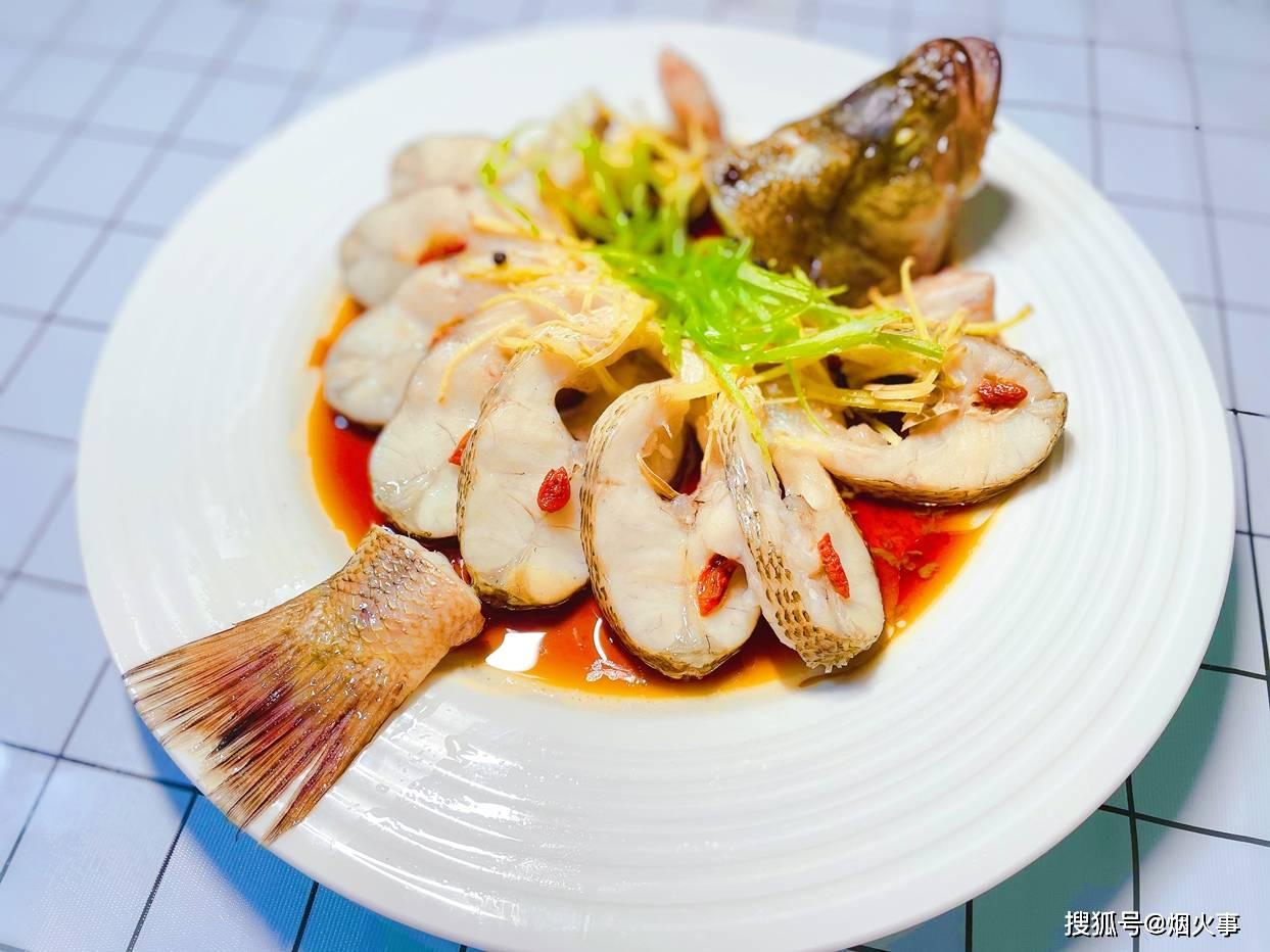 2分钟学会清蒸鲈鱼的花式做法,鱼肉鲜嫩无腥味,原汁原味有营养