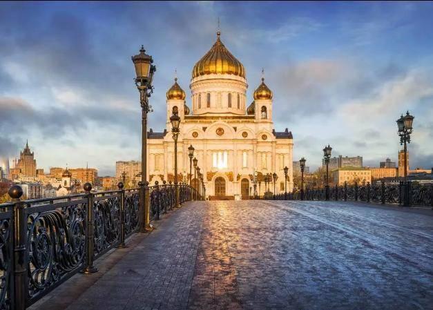 俄罗斯浪漫之都,随处可见婚礼现场,只要10分钟办完仪式
