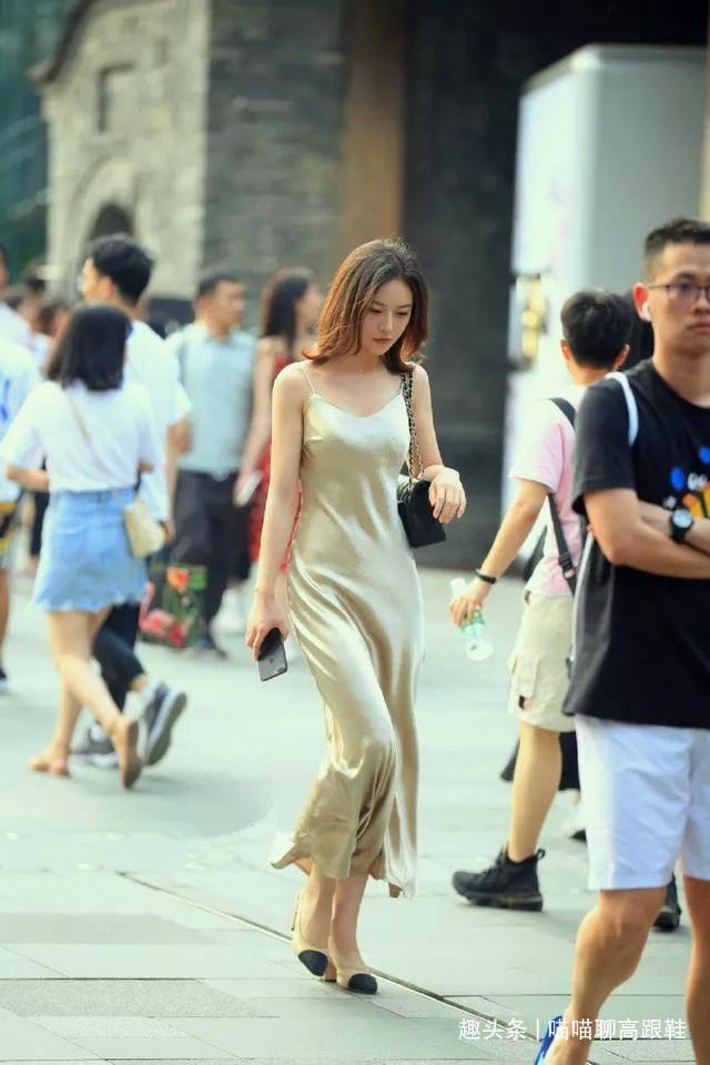 美女脚上搭配一双尖头的高跟鞋,走起路来更有气质的同时带着魅力