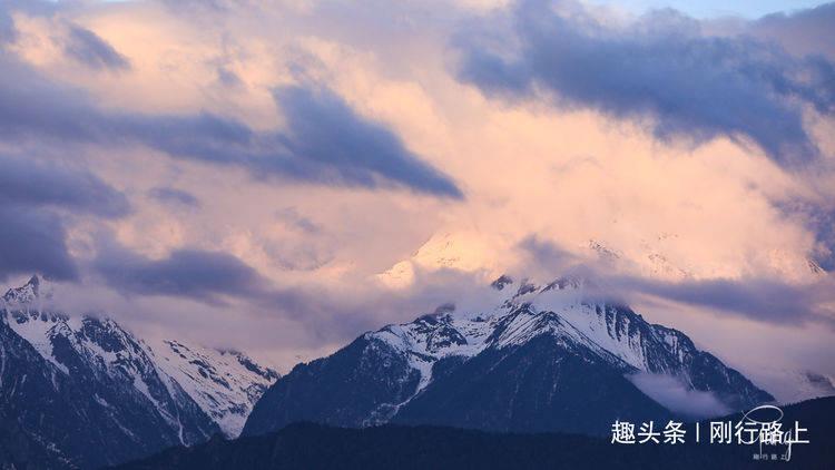 住在飞来寺看梅里雪山的日出,凌晨的寒冷也挡不住日照金山的魔力