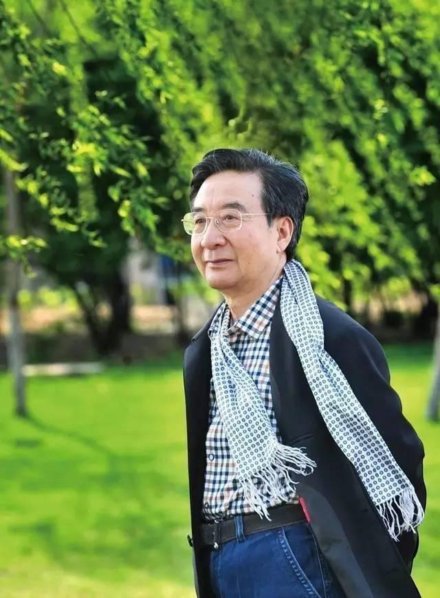 最初,他再次当选为第五届、第六届中国书协副主席,题写的匾额趣味盎然,气氛优雅