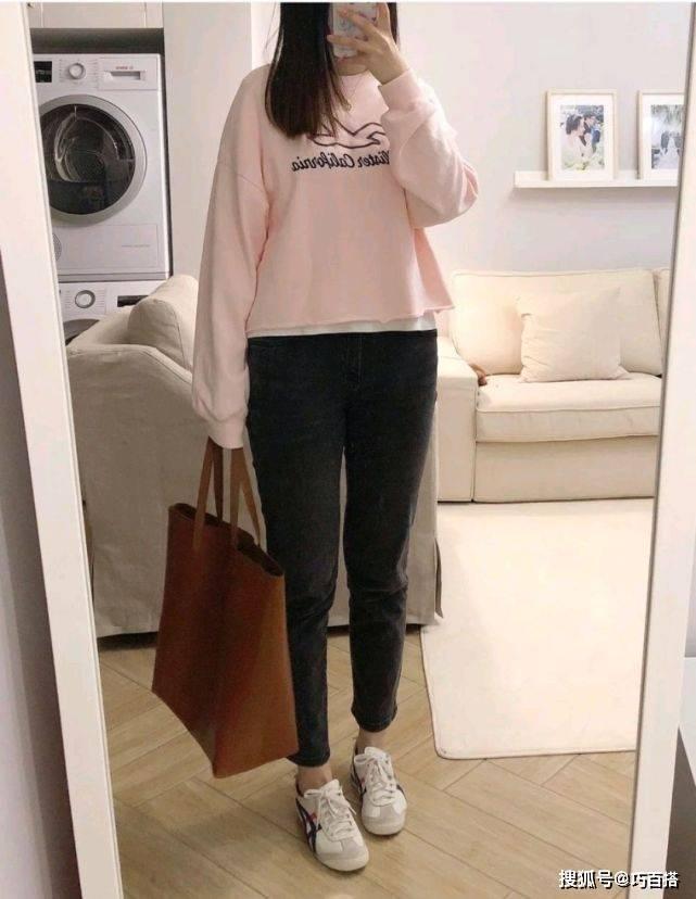 微胖女生变瘦变美,选择一松一紧的穿法就够了,搭配简单却有味道