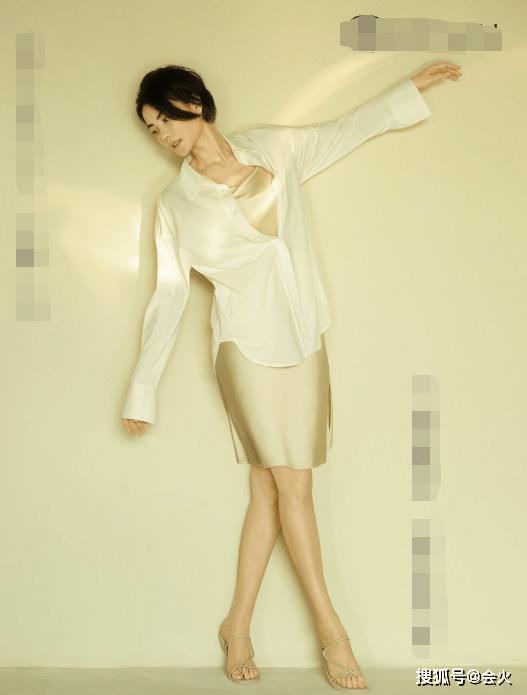 """1岁王菲瘦成纸片人!穿丝绸短裙玩清纯,一双小细腿又嫩又白"""""""