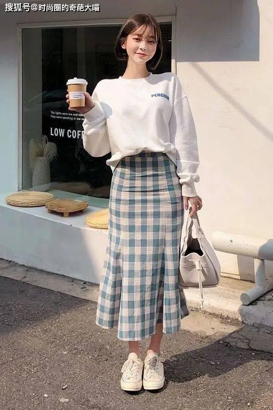 卫衣加裙子堪称一绝,随便搭配就能出去炸街,买到就是赚到