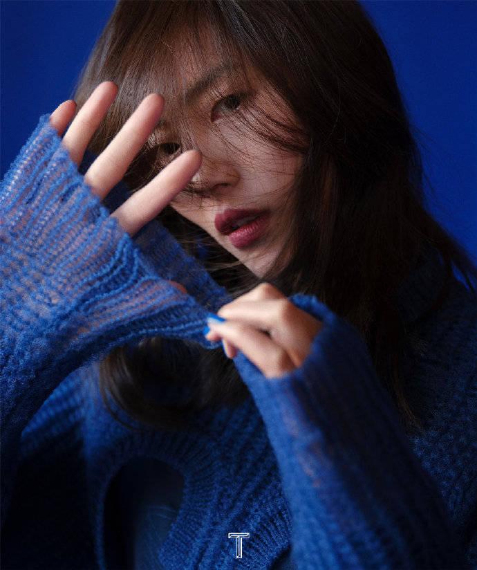 刘雯最新时尚大片,蓝色系穿搭深邃梦幻,展现自信洒脱的超模质感