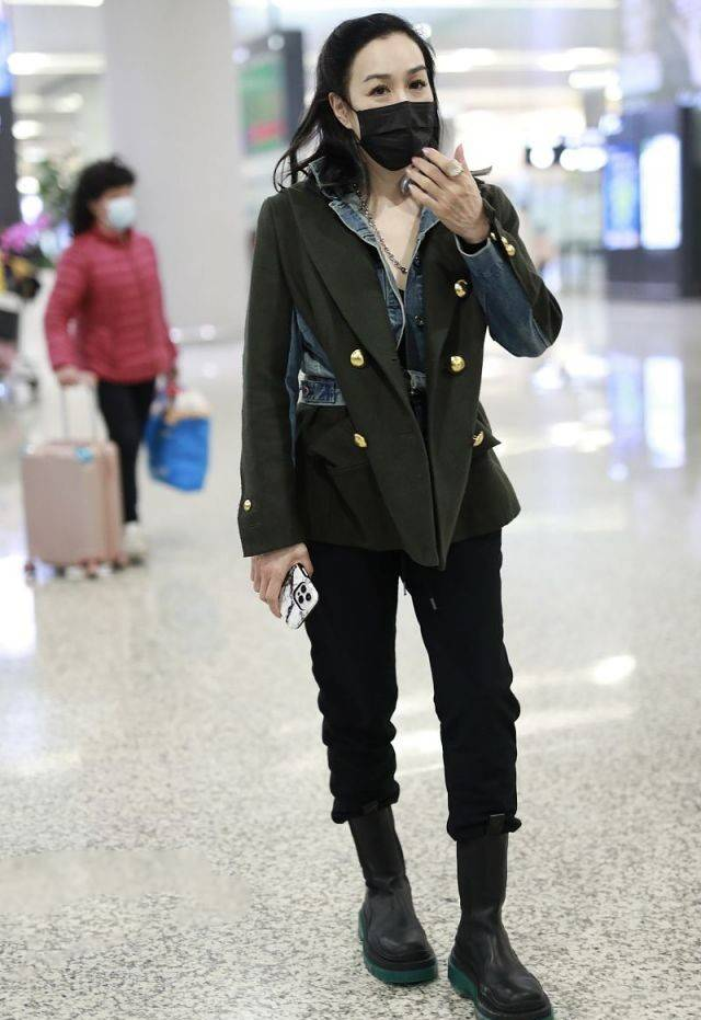 钟丽缇品味不一般,西装与牛仔拼接腰瘦一半,50岁穿出满满潮范