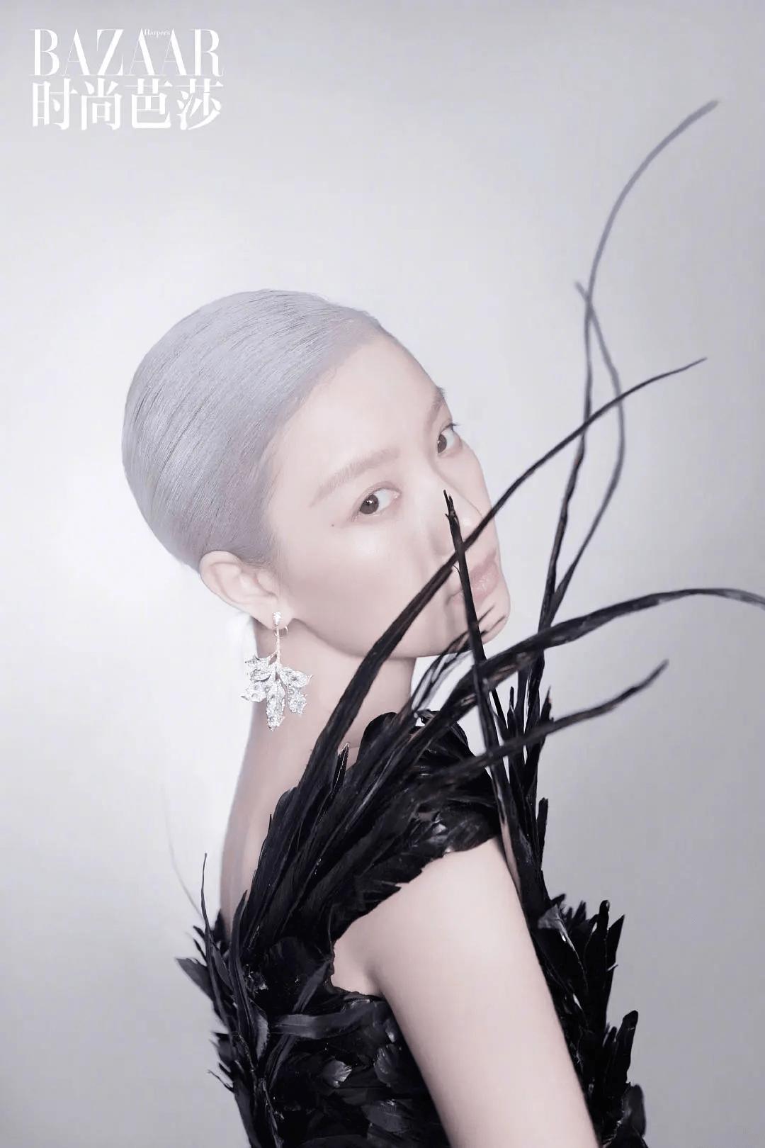倪妮时尚大片尝试银色亿电竞短发,皮肤苍白失去特色