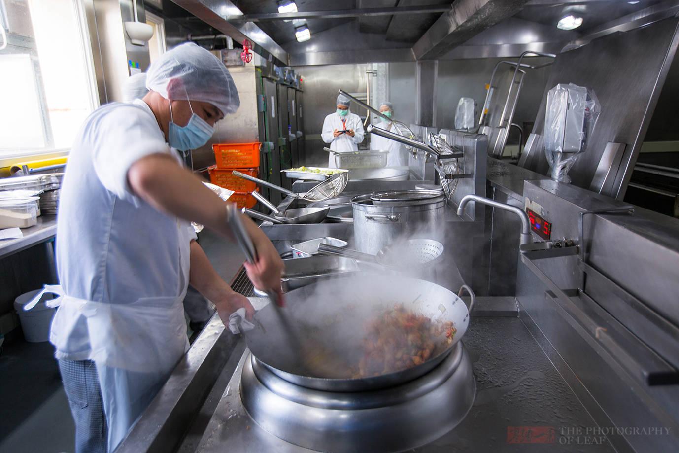 机场厨房首次对外公开,飞机餐难吃有原因,食品安全才是首要任务