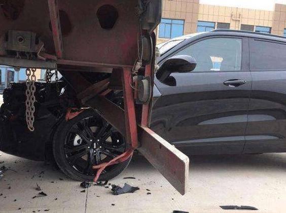 刚提的新车,就被4S店撞报废,4S店:反正车是你的,自己修去吧