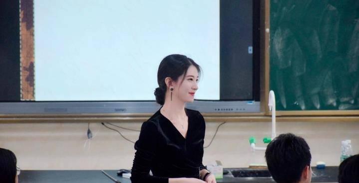 海南一年轻女老师因貌美意外走红网友:比大部分明星都漂亮插图