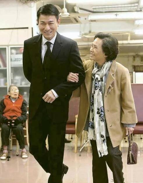她曾是影后,刘德华落魄时她伸出援手,今老无所依和华仔成亲人!