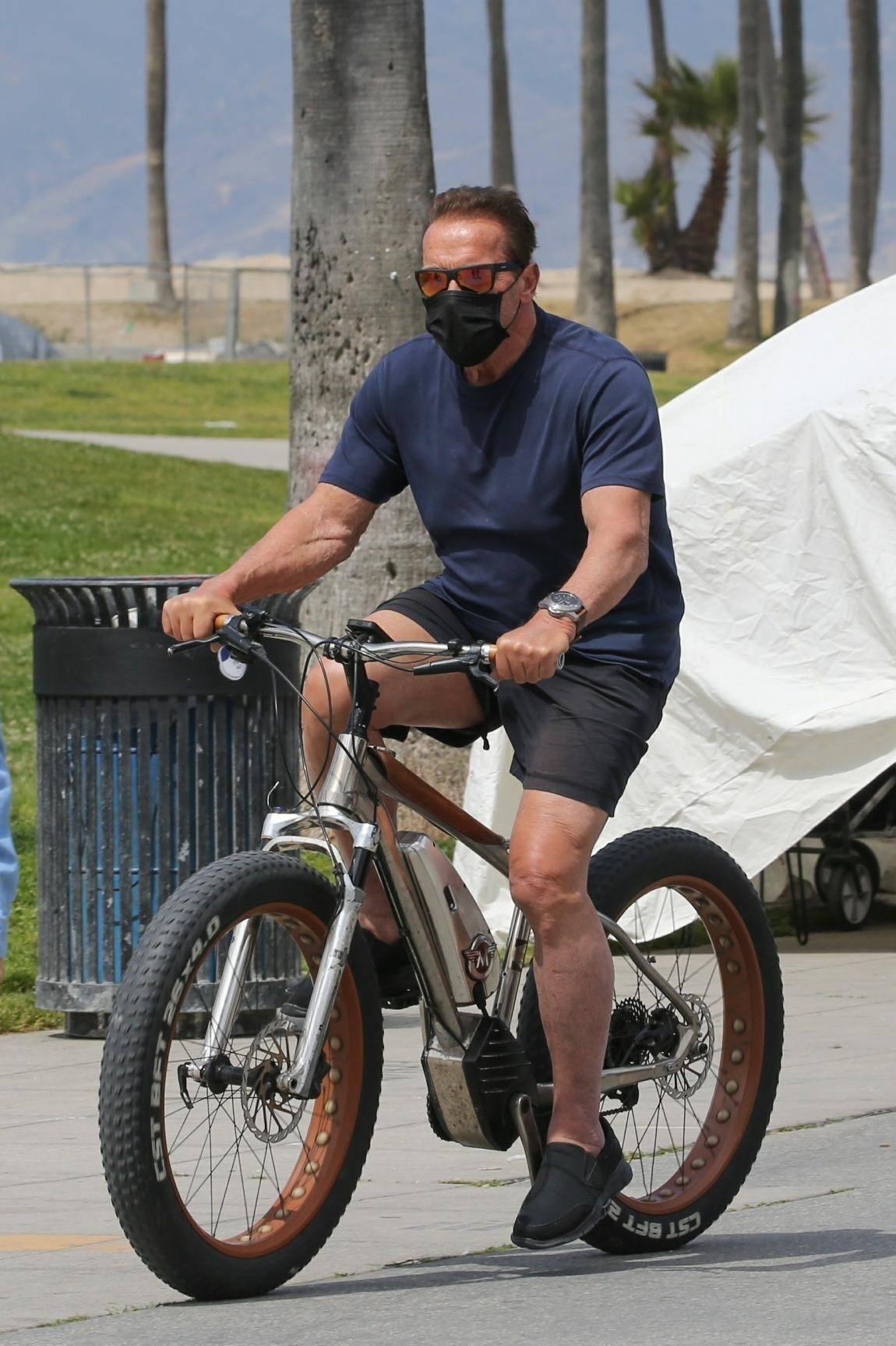 74岁施瓦辛格出门骑车,胸肌依旧硬核,网友:终结者抢自行车来了