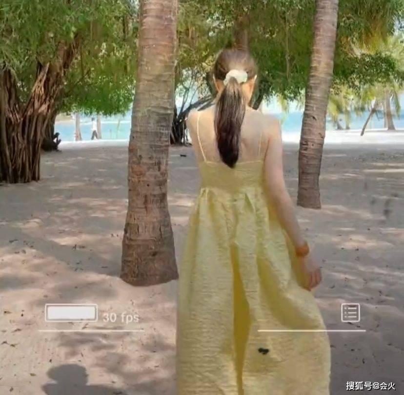 李小璐和甜馨沙滩边玩耍,穿吊带秀傲人上围,女儿身高直逼其肩头