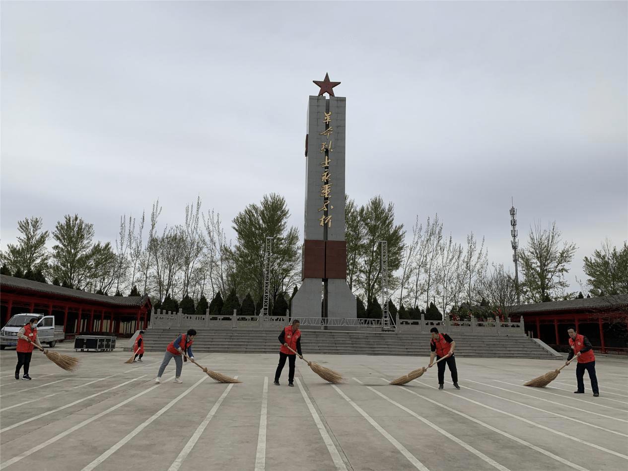 忻州秀容志愿服务中心志愿者清明祭扫烈士陵园.传承红色爱国精神