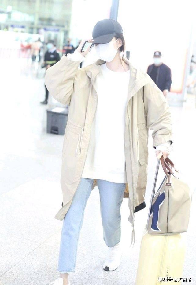 乔欣机场穿搭好接地气,卡其色风衣配牛仔裤,简约随性少年感十足