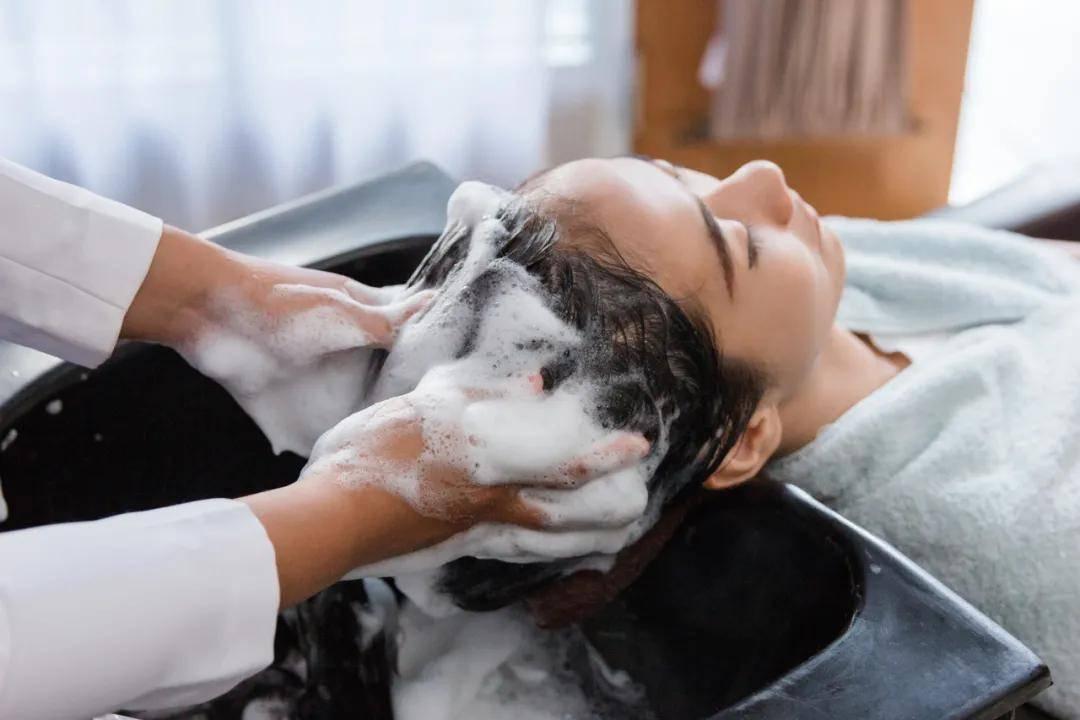 """14款修护洗发水口碑报告:多芬、卡诗用后""""头屑多"""",有1款洗了""""干涩炸毛"""""""