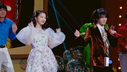 《王牌》华晨宇关晓彤唱跳,看到华晨宇首秀舞姿,让人忍不住笑