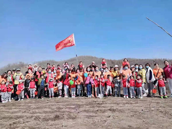 """李玲幼儿园举办""""建设社会主义新农村""""美化乡村植树活动"""