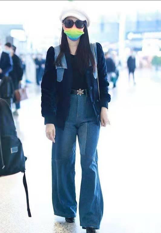 伊能静罕携女走机场,全程大步走女儿跑着追,她身材发福女儿土气