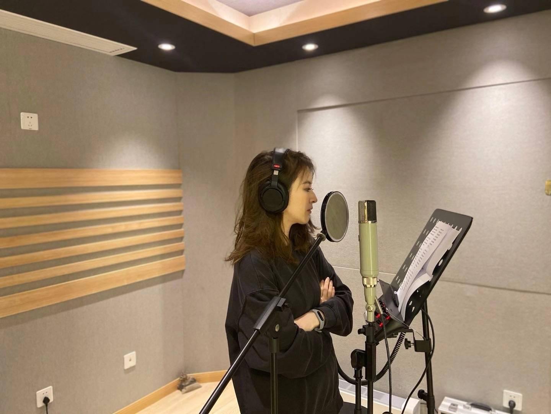 刘雪婧翻唱《他和她的故事》 用独特方式诠释经典情歌