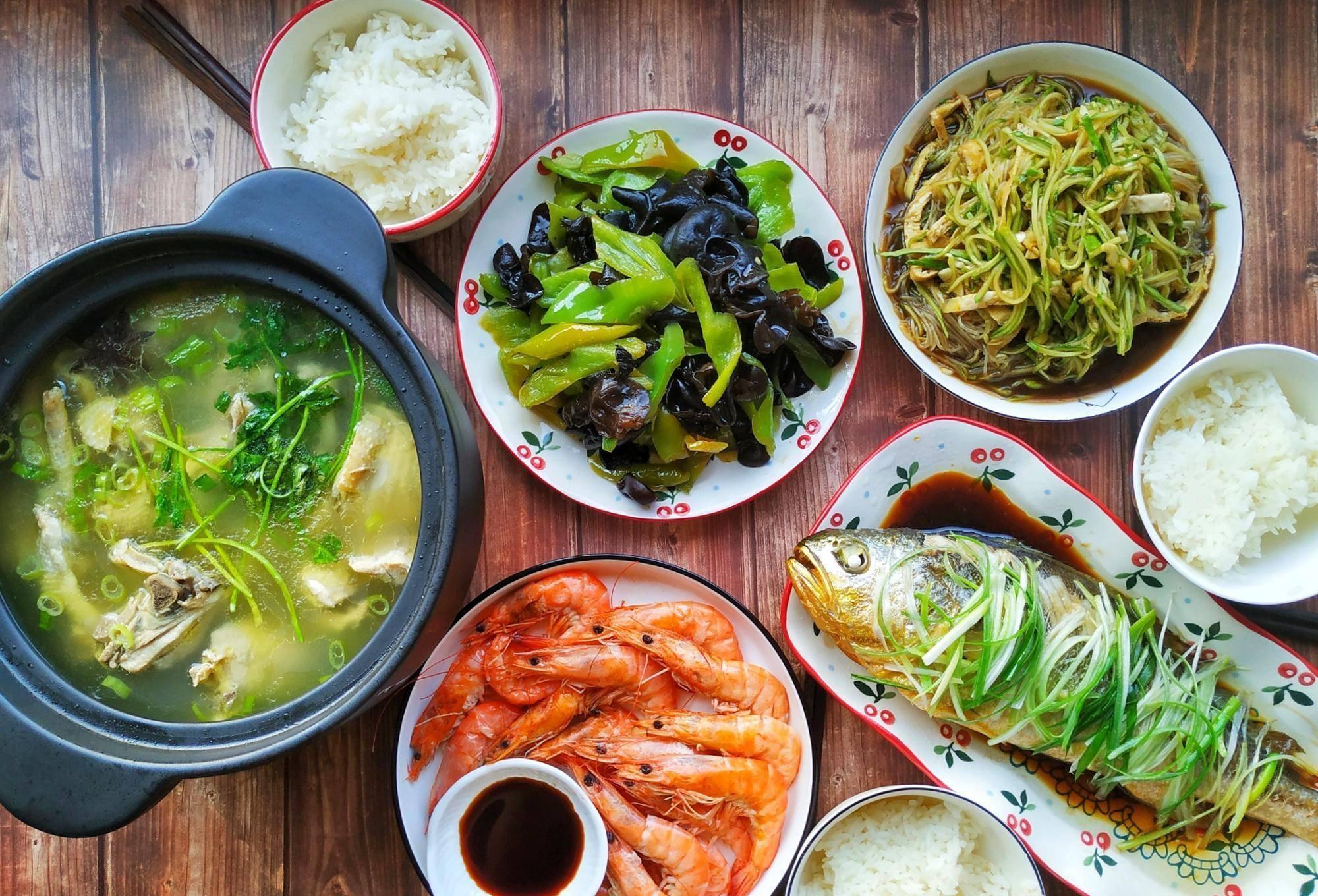 青山学菜:晒晒我家节日家常菜,十个人的聚餐,忙活了大半天,喜欢吃就开心  10个人聚餐吃什么便宜
