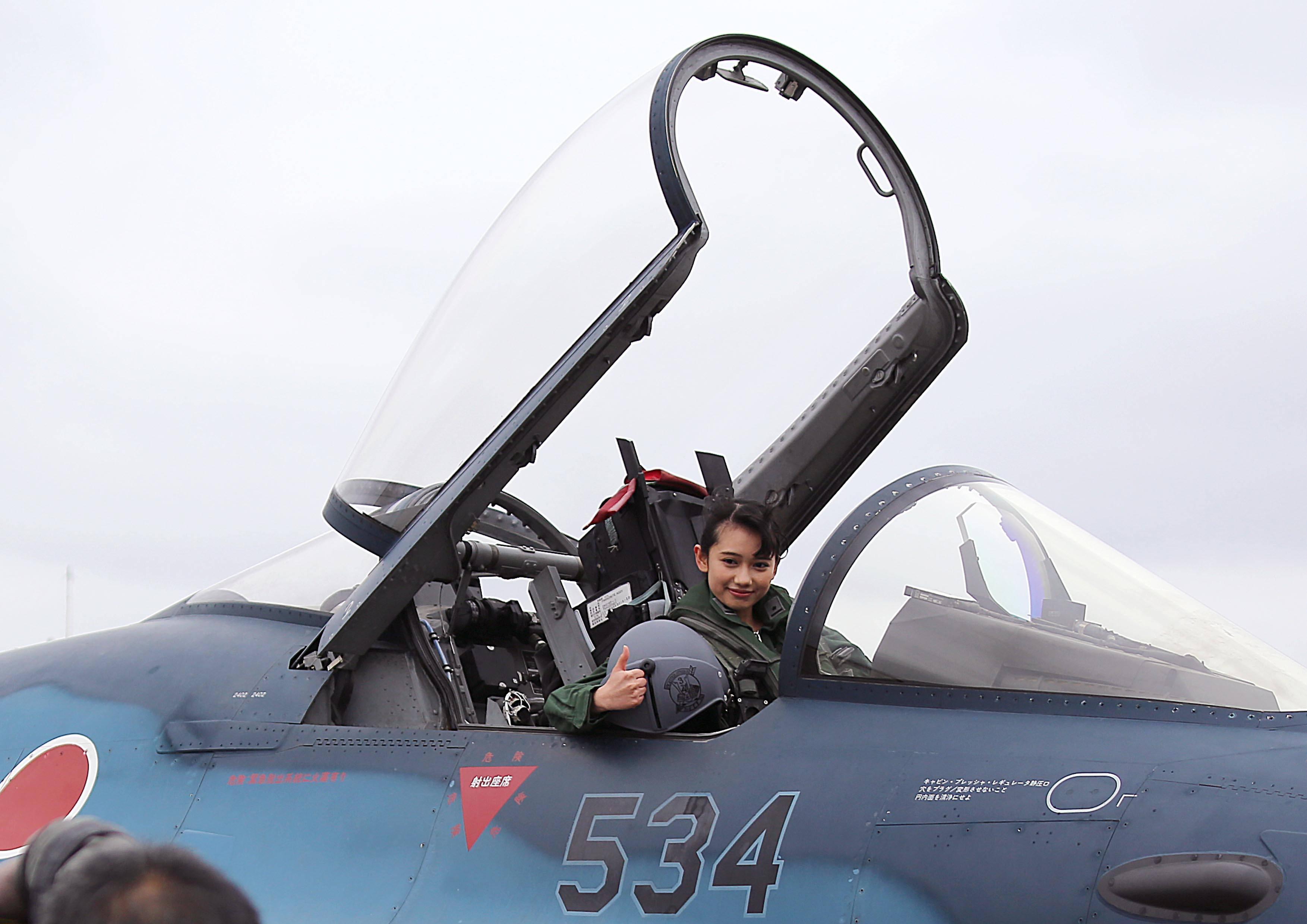 知名女优穿上飞行服,坐进战斗机拍写真,日本航空