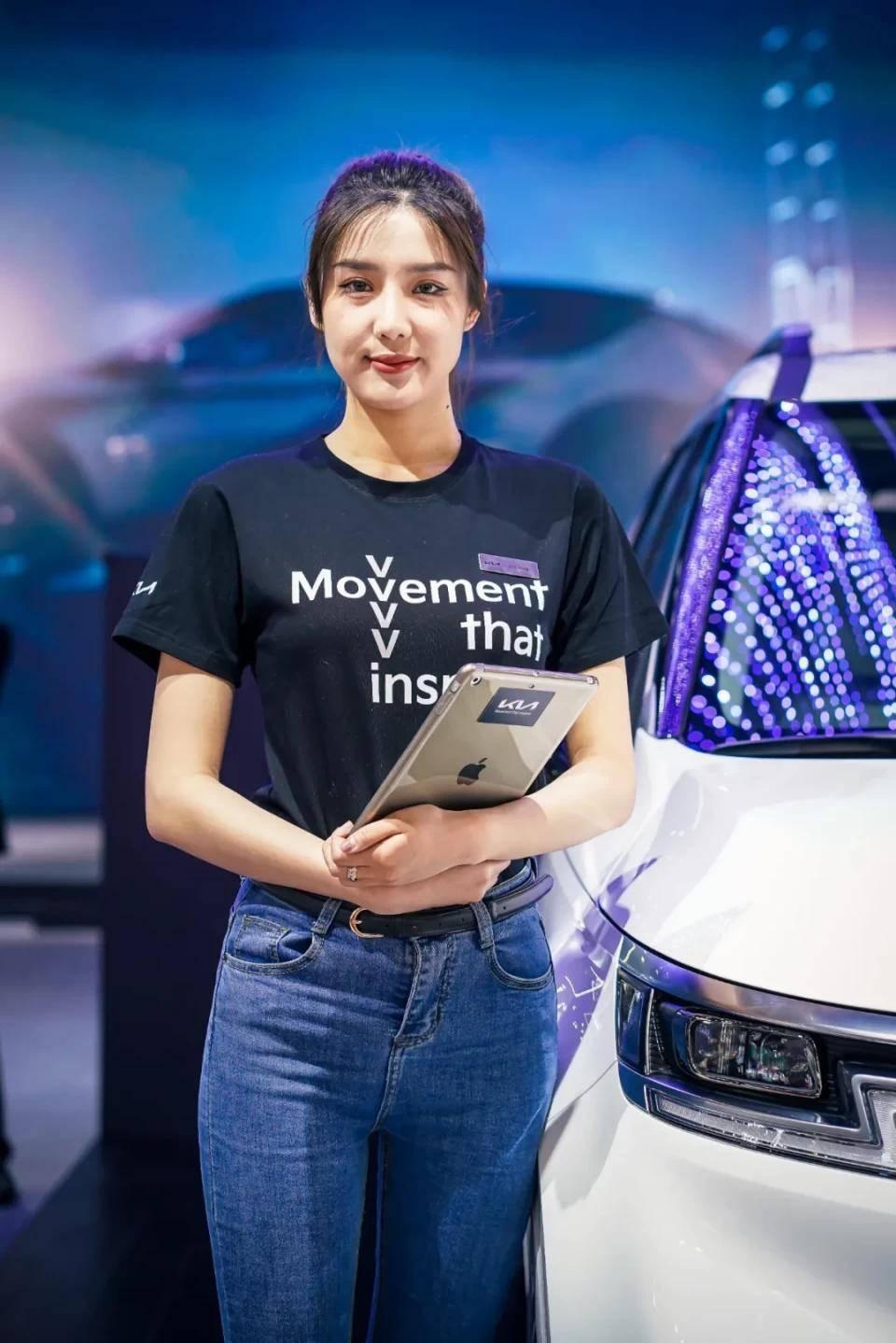 图赏:上海车展上的车模小姐姐们(图7)