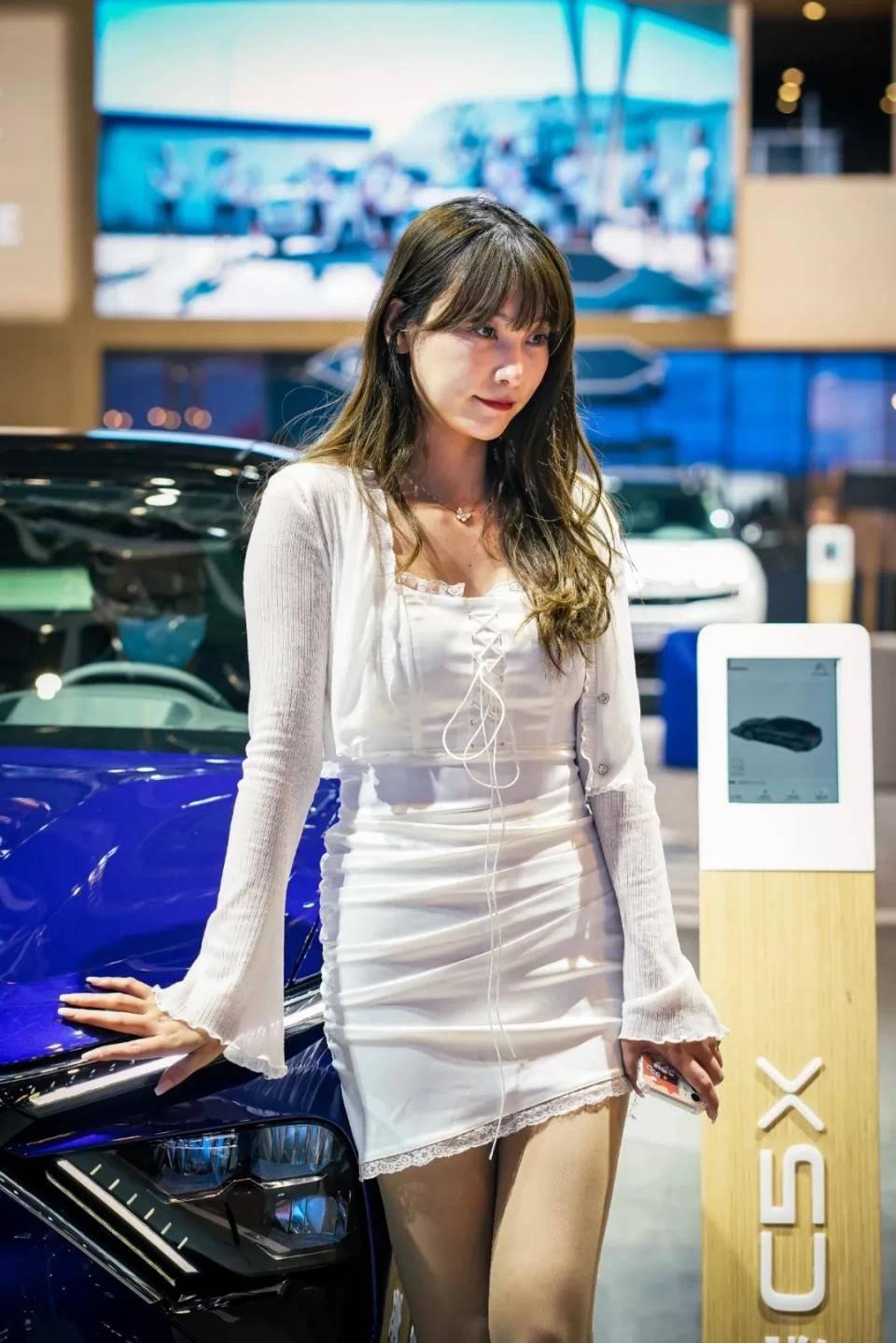 图赏:上海车展上的车模小姐姐们(图11)