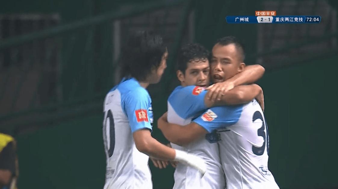 """广州城3-1!中超""""梅西""""2射1传疯狂滑跪庆祝!3千球迷为他鼓掌"""