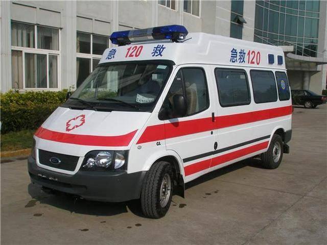 救护车救人被挡住,按喇叭70下路虎就是不动,车主:没人敢让  第5张