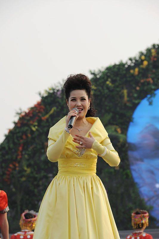原创             李双江55岁娇妻现身合影,穿毛衣配丝巾好俗气,但有歌唱家气质!