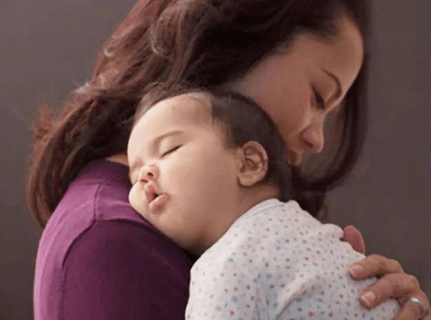 """你家6个月的宝宝 这4个动作达标没?如果做不到当心""""发育迟缓""""-家庭网"""