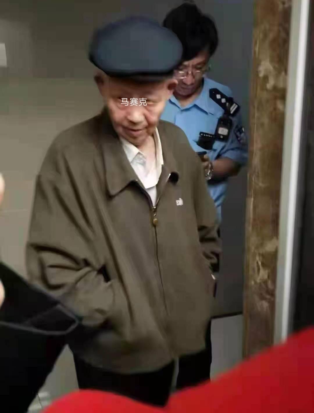 耄耋老人电梯里猥亵女童 女童勇敢挥打反抗 堪称教科书级应对-家庭网