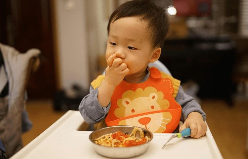 """1岁是娃饮食""""分水岭"""" 应该多喝奶还是多吃饭?1-2岁宝宝这样吃-家庭网"""
