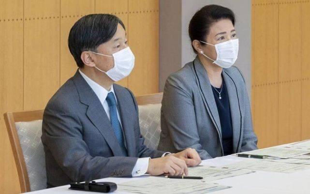 原创             日本57岁雅子皇后眼袋超显老!与天皇穿情侣装,黑裙搭灰西装霸气