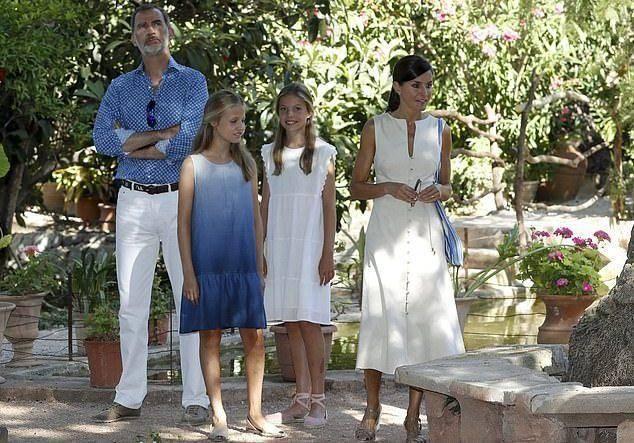 原创             莱后一家四口亮相!莱昂诺尔公主皮衣配裙,小公主格纹西装更惊艳